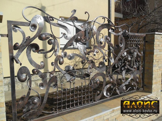 Кованые калитки (45 фото): распашные встроенные, арочные