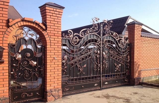 Кованые двери (50 фото): входные, для ворот, каминов, калиток