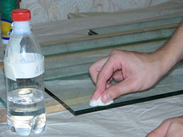 Как и чем приклеить металл к стеклу: способы, клей