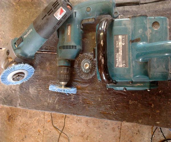 Ручное браширование древесины