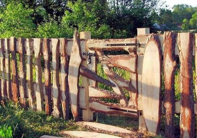 Забор из горбыля: особенности, технология, установка, декор + 30 фото идей