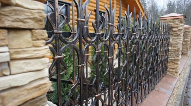 Кованые заборы (46 фото): глухие, декоративные, комбинированные,
